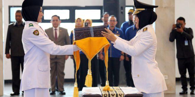 Wagub Nunik Serahkan Duplikat Bendera Merah Putih kepada Pasukan Pengibar Bendera Pusaka