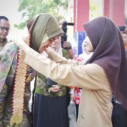 Wagub Nunik Serahkan Penghargaan Guru,Kepsek dan Pengawas Sekolah Berprestasi