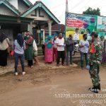 Babinsa  421-10 Katibung Dan Bidan Desa Dampingi kades Tanjungan, membagikan masker gratis. Tekan Covid 19.