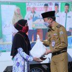 Pemkab Way Kanan, Serahkan Paket Sembako Dan Masker Kepada Guru Ngaji