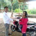Soni Setiawan Anggota F-PKB DPRD Provinsi Lampung, Menyerahkan 1 Unit Sepeda Motor Kepada Ibu Yuliana