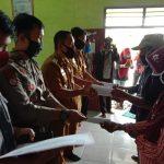 BLT Dana Desa Disalurkan, Bhabinkamtibmas Polsek Negara Batin Kawal Penyaluran