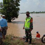 Babinsa 421 - 10 KTB, Tinjau Banjir Di Kecmatan Way Sulan