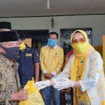 Peduli Dampak Covid-19, Ketua IIPG Riana Sari Arinal Serahkan Bantuan ke Masyarakat Pesibar
