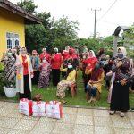 Riana Arinal Salurkan Sembako Kepada Masyarakat yang Terkena PHK Akibat Terdampak Covid-19