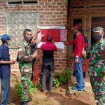 Babinsa 421 - 10 KTB dampingi pemasangan stiker PKH - BPNT desa Panca Tunggal Merbau Mataram.