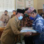 Plt Bupati Lampura Beri Bantuan ke Masyarakat Miskin Terdampak Covid-19