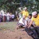 Bagikan Langsung Daging Kurban ke Masyarakat, Warga Terharu Bisa Bertatap Muka Langsung dengan Ibu Riana Sari Arinal