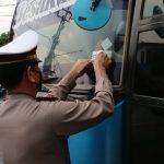 Sat Lantas Polres Lampura Pasang Stiker Stop Covid-19 pada mobil angkutan umum