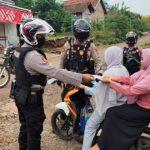 Satuan Sahbara Polres Way Kanan Lakukan Patroli Dialogis Dan Bagikan Masker