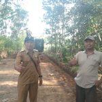 Kades Wonodadi Beserta BPD Tinjau Pekerjaan Jalan Dusun