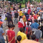 Terkait Pemecatan Kepsek SMPN 16 Balam, Ratusan Massa Demo Kantor Walikota