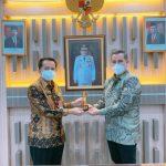 Kepala BPP Kemendagri RI DR. Drs. Agus Fatoni, M.Si Berikan Penghargaan Kepada Bupati Pesawaran