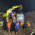 TIM SAR Gabungan Evakuasi Korban Tertimbun Longsor di Ds. Cihanjuang Kec. Cimanggung Kab Sumedang