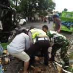 Babinsa Koramil 421-10/Katibung Bantu Evakuasi Korban Kecelakaan di Jalinsum Tarahan