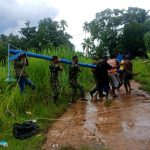 Satgas Pamtas Yonif 125/SMB Gotong Royong Bersama Warga Kampung Toray Dalam Pembuatan dan Pemasangan Tiang Listrik