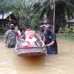 SatgasPamtasYonif 642Bersama Polisi dan Pemerintah Desa Salurkan Bantuan Bagi Korban Banjir