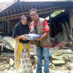 Kepedulian IWO Sulbar Paska Gempa di Mamuju dan Majene Dengan Bagikan Tenda ke Pengungsi