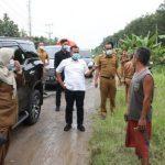 Bupati Nanang Tinjau Jalan Rusak Desa Serdang dan Ajak Masyarakat Setempat Peduli Lingkungan