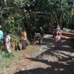 Minggu Pagi Babinsa Koramil 421-10 Katibung Bantu Warga Sidomekar Bersihkan Parit