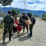 Satgas Yonif Para Raider 501/BY Bagikan Makanan Kepada Masyarakat Kampung Mamba