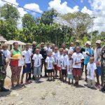 Prajurit TNI Yonif 131/Braja Sakti Bagikan Kaos dan Coklat Kepada Anak-Anak Papua