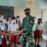 Dukung Pendidikan, Satgas Yonif 642 Bagikan Buku dan Alat Tulis Kepada Siswa Perbatasan RI-Malaysia