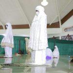 Bupati Winarti Laksanakan Sholat Tarawih Bersama Warga dan OPD Setempat