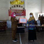 Winarti Salurkan Insentif 1.118 Guru Honor PAUD dan SD