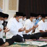 Gubernur Arinal dan Ibu Riana Laksanakan Shalat Ied di Mahan Agung