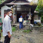 Sinergi Babinsa dan Perangkat Desa Lakukan Penyemprotan Disinfektan di Perumahan Warga
