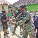 Cegah Covid-19, Personil Pra TMMD Ke-111 Bagikan Masker