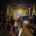 Polres Lampura Tertibkan Arus Lalu Lintas di Jembatan Abung Kunang yang Sedang Perbaikan