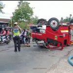 Mobil Damkar Pemda Tanggamus Terguling di Jalinbar Talang Padang