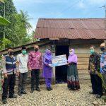 Lagi, Dewi Handajani Kembali Serahkan Bantuan Program Bedah Rumah di Kotaagung