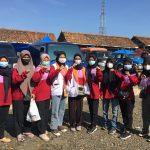 Bentuk Kepedulian, Mahasiswa KKN UMKO Bersama IKAPPI Lampura Bagikan Masker Secara Gratis